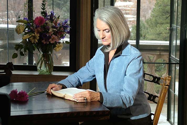 Anne-Graham-Lotz-reading-Bible-from-FB-for-feature